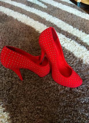 Шикарные красные туфли на каблуке
