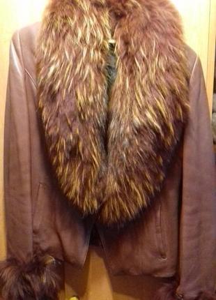 Кожаная куртка мехом енота