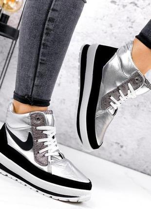Срібні зимові кросівки.