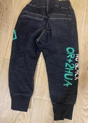 Классные стильные джинсы с надписями на резинке на мальчика