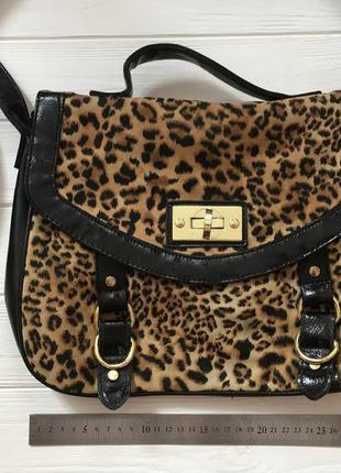 Леопардовая сумка с золотой фурнитурой и длинной ручкой