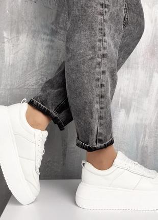 Крутые женские зимние белые кроссовки.