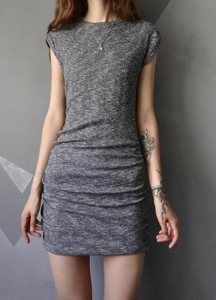 Плотное платье в рубчик с драпировкой на бедрах zara