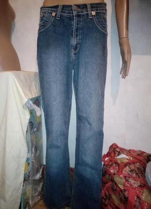 Симпатичные джинсы с вышивкой