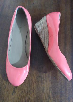 Cache cache розовые лаковые туфли на танкетке