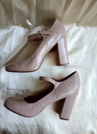 Лаковые стильные туфли