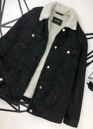 Черная удлиненная джинсовая куртка с мехом под овчину