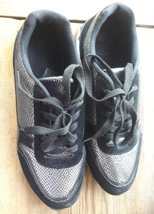 Кроссовки черного цвета с серебристыми вставками