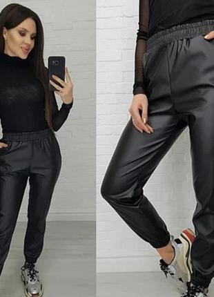 Утепленные кожаные штаны джоггеры на флисе.