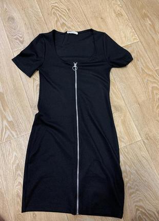 Чёрное платье в обтяжку с замком