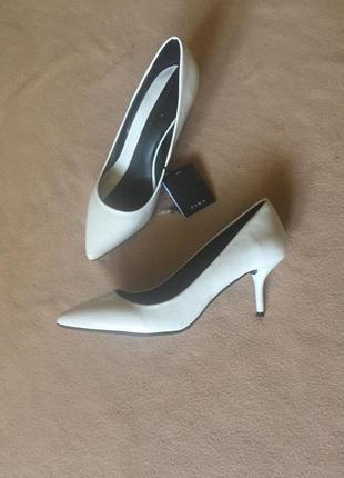 Туфли лодочки на низком каблуке от zara