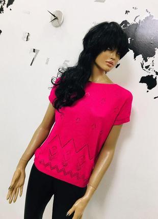 Насыщенная розовая вязанная футболка