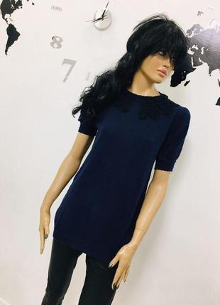 Стильная удлиненная футболка с ажурным воротником от max c london