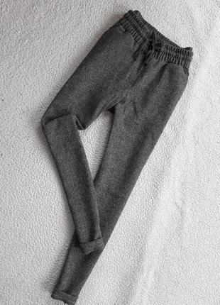 Теплые зауженные брюки с карманами