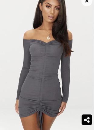Эффектное серое платье в рубчик на плечах