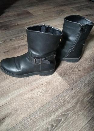 Грубые женские ботинки.