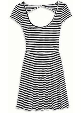 Черно-белое полосатое платье с вырезом на спине