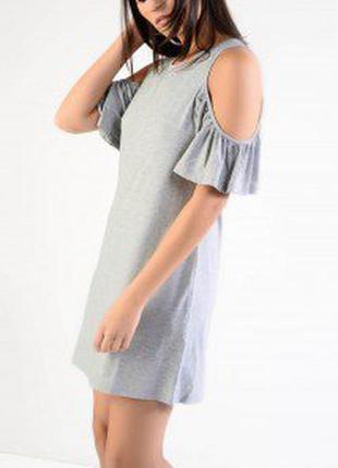 Новое серое меланж стильное платье открытые плечи воланы