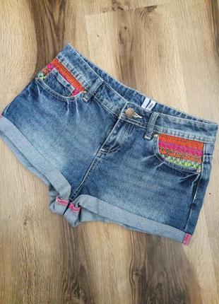 Стильные шорты с вышивкой