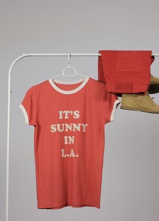 Сонячна футболка з надписом