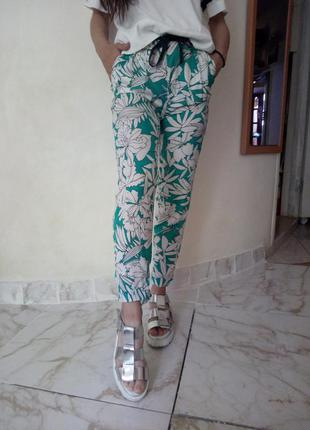 Актуальные яркие летние брюки принт zara
