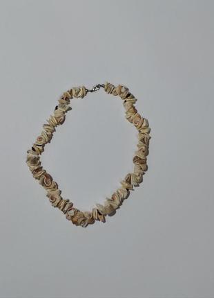 Колье из частичек ракушки