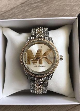 Женские наручные часы с камнями в коробке.