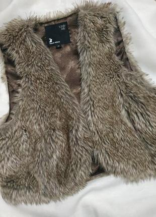 Классная фирменная меховая жилетка