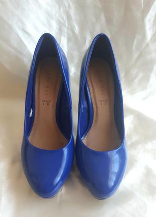 Синие красивые туфли