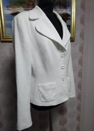 Очень красивый идеальный белый пиджак