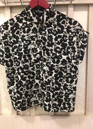Блуза черно белая с цветами