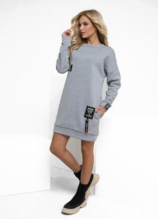 Короткое утепленное флисом трикотажное платье с нашивками