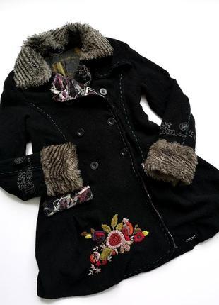 Красивое женсвенное чёрное шерстяное пальто с вышивкой desigual