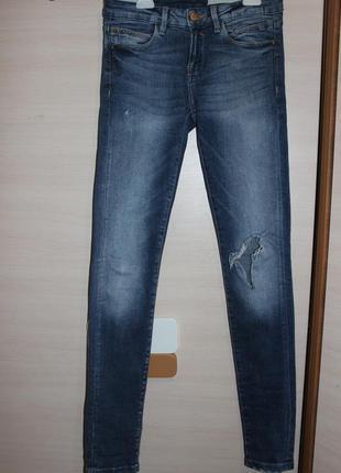 Рваные джинсы скины  zara