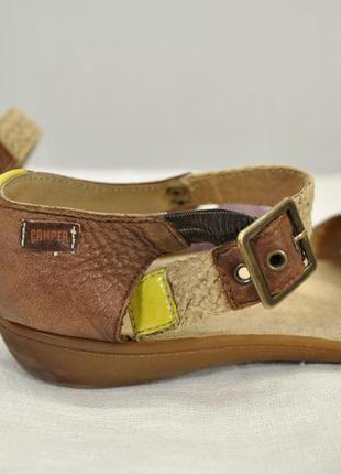 Яркие летние сандалии camper