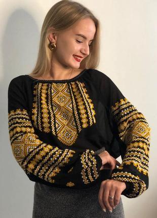 Стильна чорна жіноча вишиванка з ручною вишивкою на шифоні