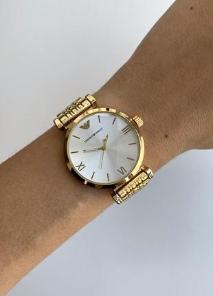 Женские наручные часы золотистые на металлическом браслете цвета золото