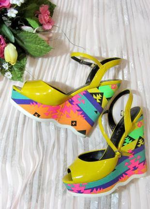 Фирменные крутые разноцветные босоножки ,размер 38,на платформе!
