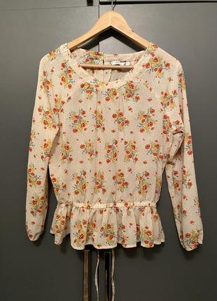 Нежная блуза с разрезом на спине