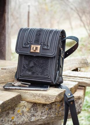 Маленькая прямоугольная сумочка кожаная через плечо черная с тиснением