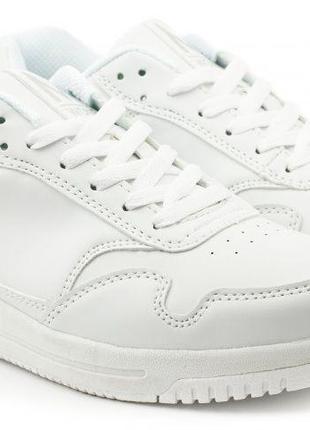 Суперские белые кроссы , покупались специально для съемок спортивной одежды