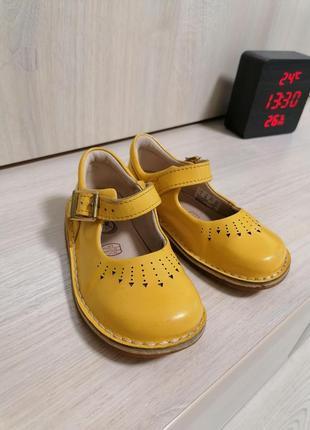 Туфли жёлтые clarks