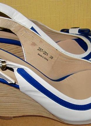 Мягенькие босоножки luciano carvari,полностью кожаные ,раз производителя 39 но идут на 38