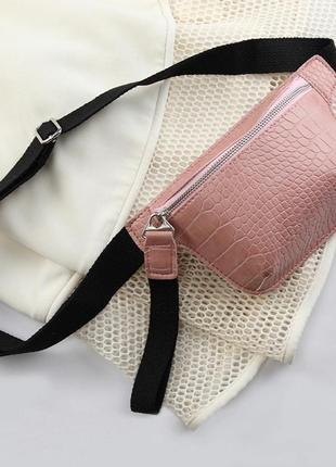 Качественная сумка на пояс бананка розовая барсетка принт кожа рептилии сумочка