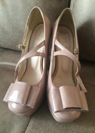 Шикарные лаковые туфельки на ремешке
