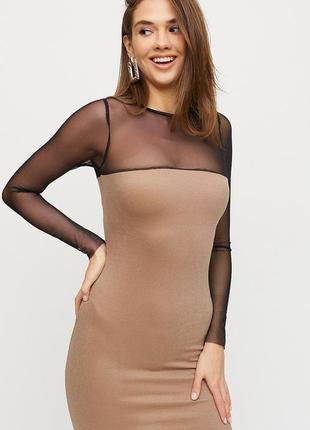 Женское облегающее платье мини с полупрозрачной сеткой на рукавах.
