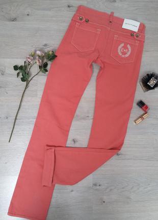 Дизайнерские джинсы в коралово-розовом цвете.