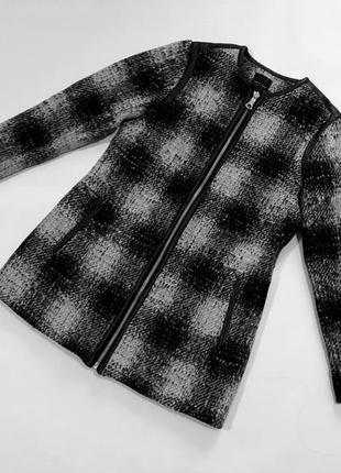 Стильное пальто в клетку new look