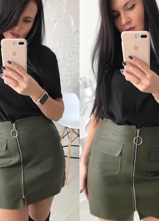 Кожаная короткая мини юбка колокол хаки зеленая на молнии спереди с карманами