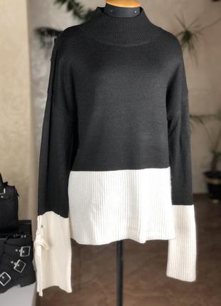 Стильный свитер с расклешенными рукавами